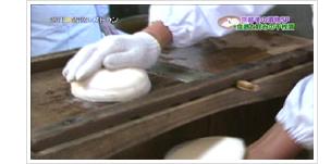 (1)きめ細かく甘みがたっぷりふくまれた聖護院かぶら。そのかぶらを、一つ一つ専用のカンナで丁寧にスライスしていきます。